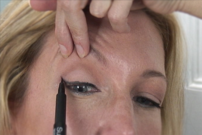how to put makeup on droopy eyelids